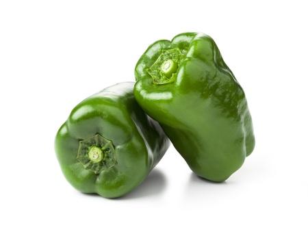 白い背景の上の緑のピーマン