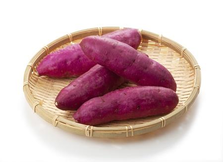 s��kartoffel: S��kartoffel isoliert auf wei�em Hintergrund Lizenzfreie Bilder