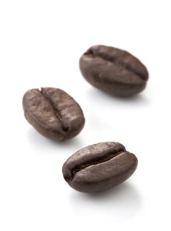 コーヒー豆。白い背景で隔離