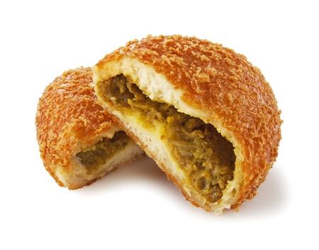 カレーのパンは白い背景上に配置されました。
