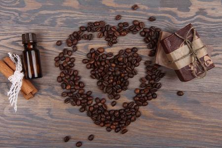 frijoles: Caf� jab�n natural y la forma del coraz�n en fondo de madera