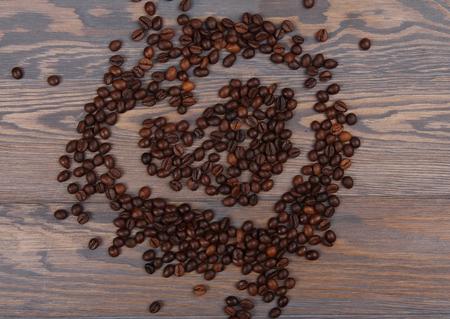 frijoles: la forma del coraz�n del caf� en el fondo de madera r�stica