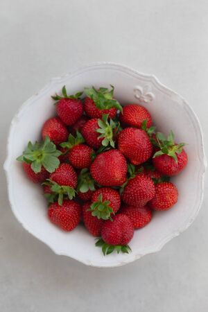 Topview image of strawberries in a white bowl 版權商用圖片
