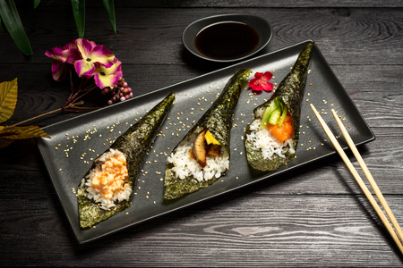 Temaki mix with salmon, eel and shrimp on a dark wooden background Imagens