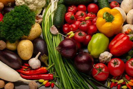 茶色の木の背景に新鮮な野菜やナッツ