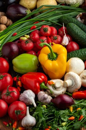Frisches Gemüse und Nüsse auf braunem Holzhintergrund
