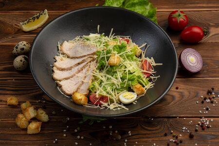 Caesar San Salad of Romano leaves, chicken, cherry tomatoes, egg, breadcrumbs, Parmesan cheese, Caesar sauce and tobiko Stok Fotoğraf