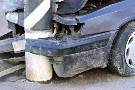 Coches de choque rotos en la calle y de alta resolución  Foto de archivo