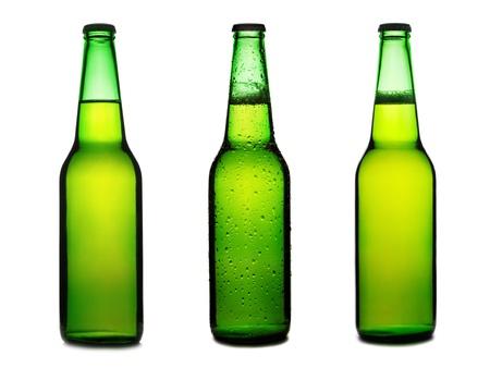 botellas de cerveza: Conjunto de botellas de cerveza verde aislado en un fondo blanco