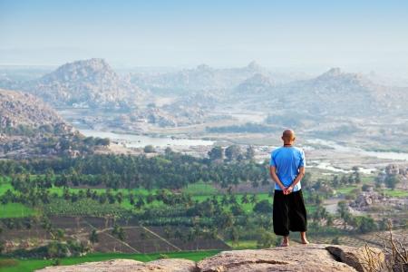loin: Homme cherche loin, Hampi, Inde Banque d'images