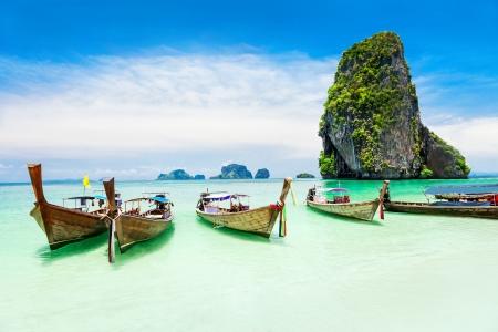 Longtale barco en la playa Foto de archivo - 17856817