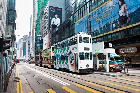 rd: HONG KONG - 21 febbraio: i tram doppie con annunci di Hennessy Road. Road show fornisce annunci ai passeggeri di veicoli pubblici a Febbraio 21,2013 a Hong Kong. Editoriali