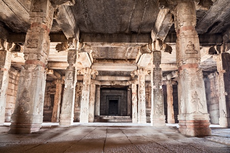 tamil nadu: Columns inside the very old hindu temple Stock Photo