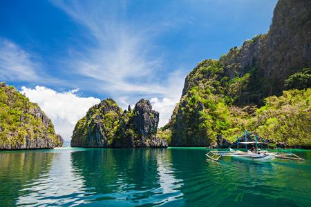 Traditionele filippino boot in de zee, Filippijnen Stockfoto