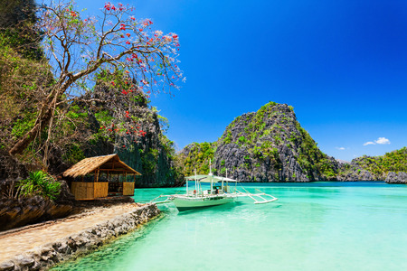 Filipijnse boot in de zee, Coron, Filippijnen