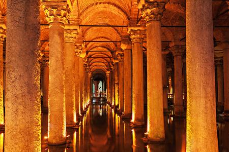 cisterna: La Cisterna Bas�lica (turco: Yerebatan Sarayi - Sunken Palace), es la mayor de las antiguas cisternas que se encuentran bajo la ciudad de Estambul, Turqu�a. Editorial