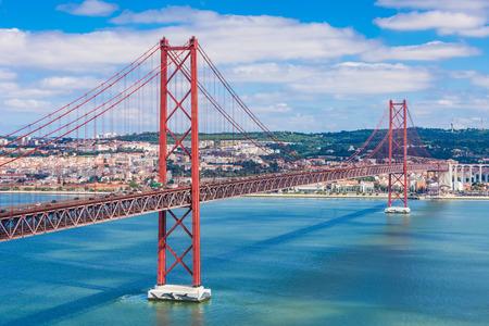 25 de Abril 橋、リスボン、テージョ川の左岸にアルマダの市町村にリスボン市内を結ぶ橋