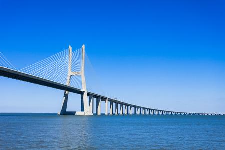 리스본에서 바스코 다가 마 다리, 포르투갈. 그것은 유럽에서 가장 긴 다리