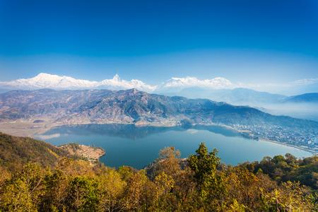 paz mundial: Vista a�rea del lago Phewa y el rango de Annapurna de Pagoda de la Paz Mundial en Pokhara, Nepal Foto de archivo