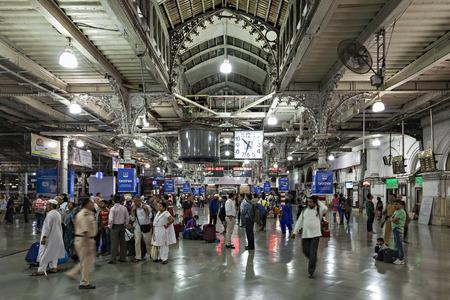 terminus: MUMBAI, INDIA - 21 de febrero: Personas no identificadas dentro de Chhatrapati Shivaji Terminus en Febrero 21, 2014 en Mumbai, India