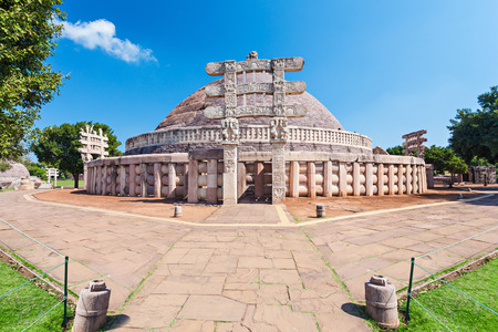 Sanchi Stupa는 인도의 Madhya Pradesh 주인 Sanchi Town에 위치하고 있습니다. 스톡 콘텐츠