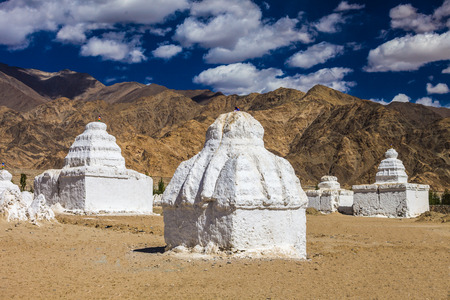 stupas: Molti stupa vicino Monastero di Shey in Ladakh, India.