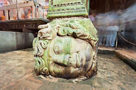 cisterna: ESTAMBUL, Turqu�a - 07 de septiembre 2014: Pilar cabeza de Medusa en la Bas�lica Cisterna en 07 de septiembre 2014 en Estambul, Turqu�a. Editorial