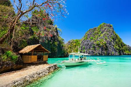 海、コロン、フィリピンでフィリピン人のボート 写真素材