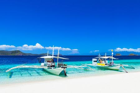 海、ボラカイ島、フィリピンでフィリピン人のボート 写真素材