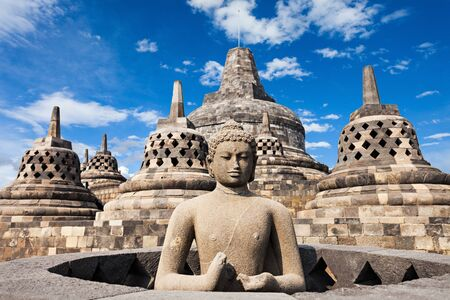 templo: Estatua de Buda en el templo de Borobudur, la isla de Java, Indonesia.
