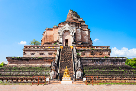 chiang mai: Wat Chedi Luang is a Buddhist temple in the historic centre of Chiang Mai, Thailand