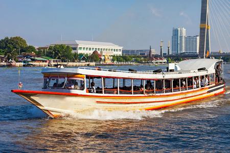 medios de transporte: Barco de transporte local en el río Chao Phraya, en Bangkok, Tailandia Editorial