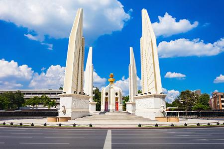 民主記念塔はタイの首都バンコクの中心部に公共記念碑です。 写真素材