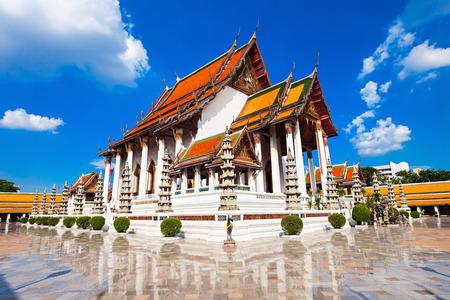 templo: Wat Suthat Thep Wararam es un templo budista en Bangkok, Tailandia Foto de archivo