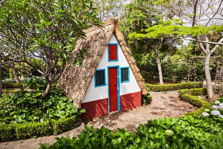 petites fleurs: Maison typique locale dans le village de Santana, l'�le de Mad�re, au Portugal Banque d'images