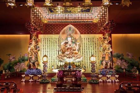 bouddha: SINGAPOUR - Le 16 octobre 2014: intérieur de la dent de Bouddha Relic Temple. Il est un temple bouddhiste situé dans le quartier de Chinatown de Singapour. Éditoriale
