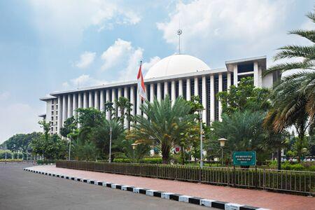 雅加达,印度尼西亚 -  2014年10月19日:Istiqlal清真寺在雅加达,印度尼西亚是东南亚最大的清真寺。