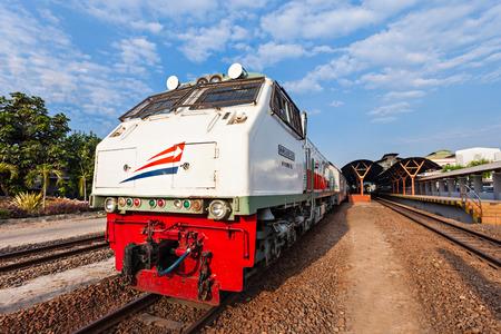 tren: Yogyakarta, Indonesia - 24 de octubre, 2014: tren indonesio cerca de la estación de tren de Yogyakarta. Editorial