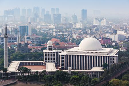 자카르타, 인도네시아 - 년 10 월 (21) : 2014 년 Istiqlal 모스크의 공중보기. 그것은 동남 아시아에서 가장 큰 사원이다.