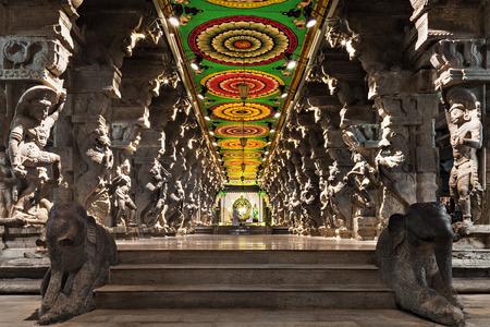 templo: En el interior de templo hindú de Meenakshi en Madurai, Tamil Nadu, sur de la India. Sala religiosa de miles de columnas Editorial