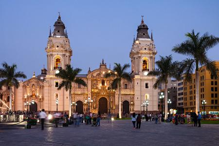 De basiliek kathedraal van Lima bij zonsondergang, het is een rooms-katholieke kathedraal ligt in het Plaza Mayor in Lima, Peru Stockfoto