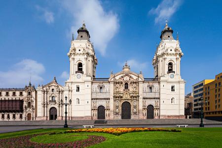 대성당 성당 리마 리마, 페루에있는 광장 시장에있는 로마 카톨릭 성당입니다 스톡 콘텐츠
