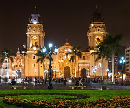 La Cathédrale Basilique de Lima dans la nuit, il est une cathédrale catholique romaine située dans la Plaza Mayor à Lima, Pérou