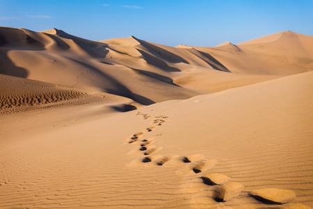Las dunas de arena en el desierto de Huacachina, Ica, Perú