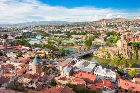 De luchtfoto van het stadscentrum van Tbilisi van Narikala-vesting, Georgië