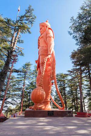 templo: Hanuman estatua cerca del templo Jakhoo, es un antiguo templo en Shimla, dedicado a la deidad hindú, Hanuman.