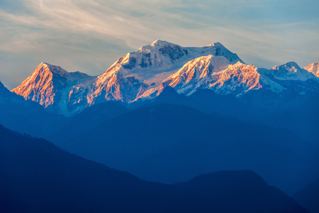 cenital: Kangchenjunga vista de cerca de Pelling en Sikkim, India. Kangchenjunga es la tercera montaña más alta del mundo. Foto de archivo