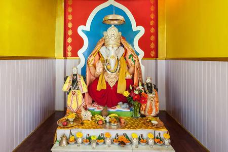 ganesh: GANGTOK, INDIA - 19 de noviembre, 2015: estatua de Ganesha en el punto de vista de Ganesh Tok templo en Gangtok, Sikkim estado de la India. Editorial