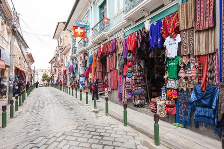 LA PAZ, BOLIVIEN - 17. Mai 2015: Souvenir touristischen Markt auf Sagarnaga Straße in La Paz, Bolivien. Editorial