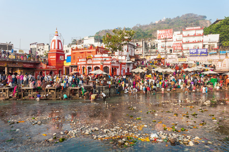 personas banandose: HARIDWAR, INDIA - NOVEMBER 13, 2015: Unidentified people bathing in Ganges river at the Har Ki Pauri ghat in Haridwar, India.